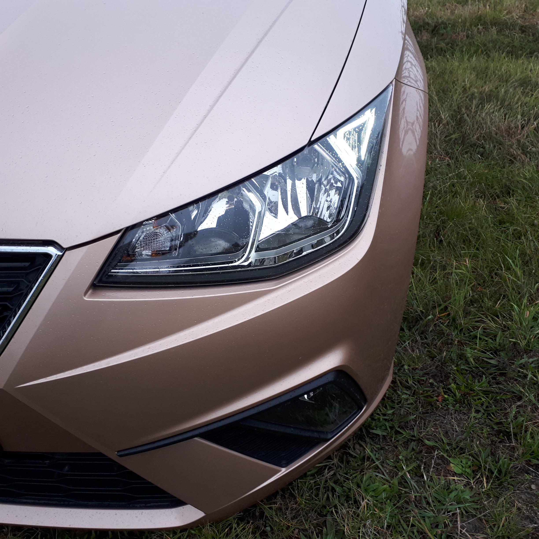 Imádtam az autót, a színe egy igazán nőies külsőt varázsol neki, azt hiszem ezért is nézték meg oly sokan az utakon.  <br />A másik ami szembe tűnő, azok a gyönyörűen kialakított Full LED fényszórói. 2 igazi macska szem (mondhatni) jön veled szembe!