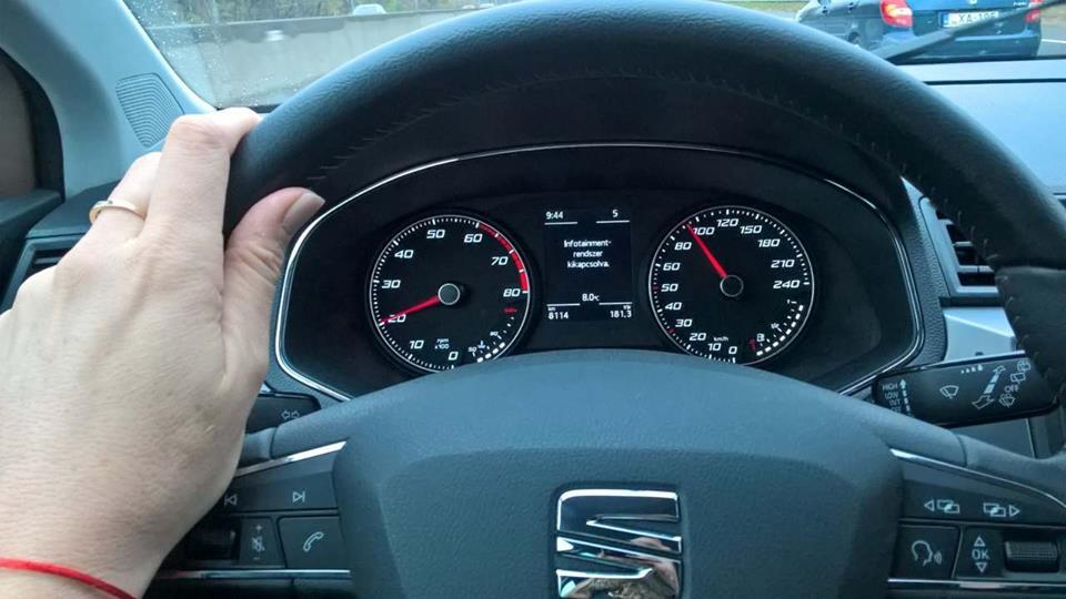 Az ACC (Adaptív sebességszabályozó) forgalomnak megfelelően szabályozza a sebességet, a Front Assist fékez vészhelyzetben, és kifejezetten tetszett, hogy az autó időben jelezte ha már 4-esből, 5-ösbe kell váltanom, persze én gyorsabb voltam az autónál, így ezt az itinert ritkán olvashattam a műszerfal kijelzőjén. Meg is lepődtem, mikor jelezte, hogy váltani kellene!