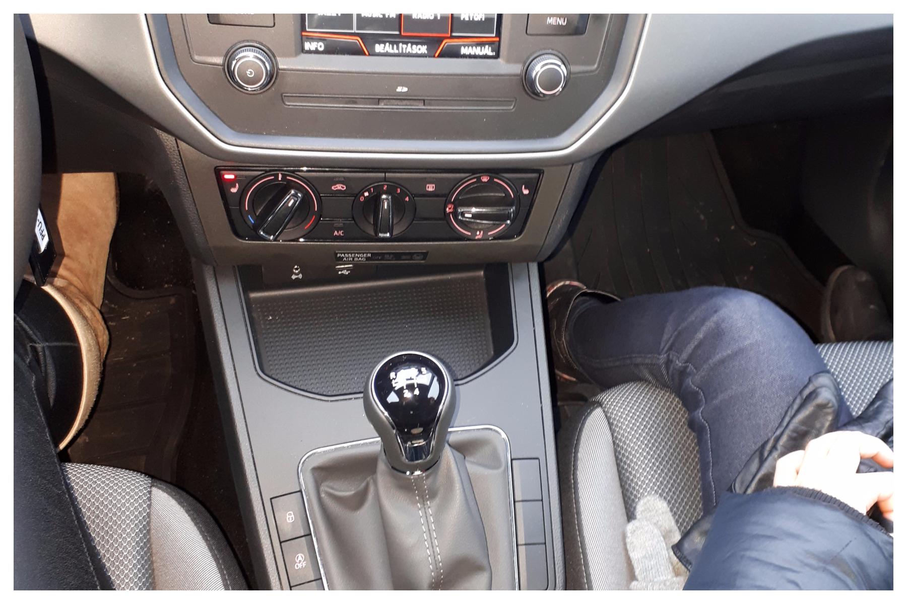 A belső dizájn és a műszerfal nekem elég minimalista stílust képvisel, főleg a határozott vonalvezetések miatt, első ránézésre nem nyerte el a tetszésemet, de kárpótolt a látványban a kocsi tágas utastere kényelmesen kialakított  szép ülései és a hangulatvilágítása, mert  a belső világítása az autónak lehetővé teszi, hogy az első lábtér vagy a kesztyűtartó is egy gombnyomásra LED hangulatvilágítást kapjon. <br />Elmondhatom, hogy  nem csak nekem, mint vezetőnek volt minden szempontból kényelmes az autó, de az utasaimnak is.