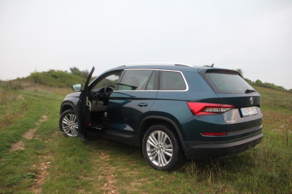 Virtuális pedál: A Superb modellben már megismert virtuális pedál a Kodiaq-hoz is elérhető, ráadásul már nem csak az ajtó nyitására, hanem zárására is képes.<br /><br />Ajtóélek védelme: A KODIAQ új Simply Clever megoldása az ajtóélek védelme, amelynek köszönhetően sem a mellettünk parkoló autó, sem a saját autónk nem sérül meg egy-egy figyelmetlen ajtónyitásnál.<br /><br />Minden terepen: Az új ŠKODA KODIAQ motorkínálatában számos összkerékmeghajtásos típus található, amelyek akár automata DSG váltóval is kombinálhatók.<br />
