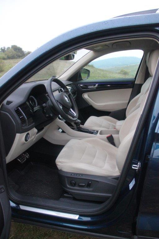 Akár 7 üléssel: A KODIAQ elsőként a ŠKODA palettáján már opcionális harmadik üléssorral is rendelhető, így akár hét személy utazhat az autóban kényelmesen. <br /><br />Holttér-figyelő rendszer: A Holttér-figyelő rendszer sávváltás esetén segíti a vezetőt azzal, hogy jelzi, ha egy másik jármű halad az autó holtterében.<br /><br />