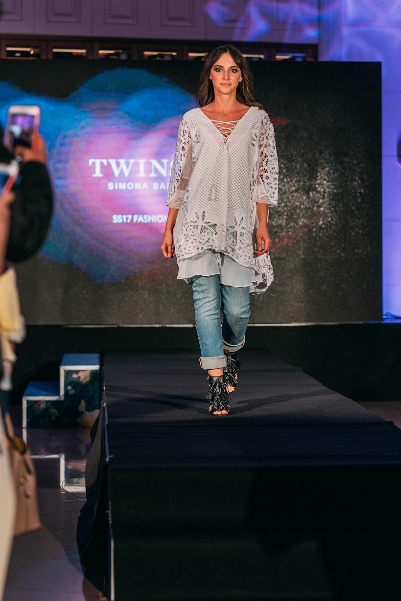 A Twinset SS17 Fashion Show-n olyan sztárvendégekkel mulatta át magát a nyárba a magyar divatvilág, mint Debreczeni Zita és az est háziasszonya, Gallusz Niki. Feminin óriás minták, visszafogott csipkék, kifinomult szabásvonalak, hímzett darabok, punk-rock és vagány sportruházat... A The Ritz-Carlton, Budapest Kupola Lounge-ában megrendezett divatbemutató ismét bizonyította, hogy a tavaly ősszel hazánkba érkezett márka azoknak a magabiztos nőknek készül, akik nem követik, hanem megteremtik a trendeket.<br /><br />