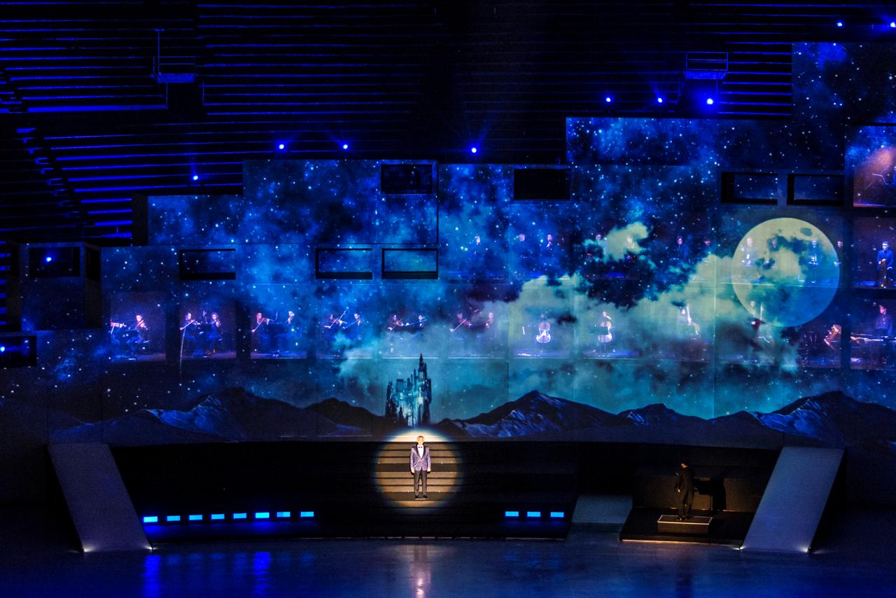 A kreatív csapat. Az Intimissimi On Ice küldetése a modern patronálást is magában foglalja, hogy közelebb hozza a fiatalokat az operához és a művészetekhez. Az esemény rendezését Damiano Michieletto-ra bízták, a színházi és lírai operaigazgatók közül az egyik legérdekesebb tehetségre. Olaszországban, a történelmi Nápolyi San Carlo Operaházban, a milánói La Scalában rendezett, lenyűgöző előadások után Michieletto London, Párizs, Amszterdam, Koppenhága, Salzburg és Sydney nemzetközi színpadain is bizonyított. A show kreatív irányítását ismét Marco Balich, a világszerte elismert olimpiai producer, az 'érzelmek tervezője' felügyeli. A színpadi design és a színpad maga teljesen megújul, az 1981-es, olaszországi születésű Paolo Fantin vezetésével, aki ma már számos nemzetközi tapasztalattal büszkélkedhet az opera világában és a legfontosabb színházakban (Genovától Valenciáig , Tokiótól Salzburgig és Párizsig). Végül megerősítést nyert, hogy Nathan Clarke fog felelni a koreográfiáért, aki koreográfusként és társigazgatóként működött közre a 2012-es londoni Olimpiai és Paralimpiai Játékokon, az X Factor UK-ben és Dániában, dolgozott a BRIT Awards-on, a Take That-tel, valamint kreatív igazgatója és koreográfusa a The Voice UK-nek.<br /><br />