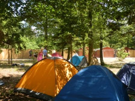 05 épül a sátortábor.JPG