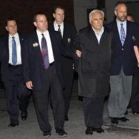 Pórázon a híradóban: megbilincselt közszereplők Strauss-Kahntól Szabadi Béláig