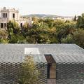 Zöld kerámiával álcázott ház Barcelonában