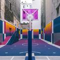 Színes, utcai kosárlabdapálya