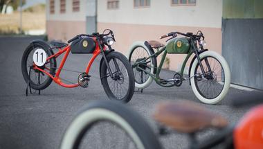 Vintage stílusú elektromos kerékpárral Barcelonában.