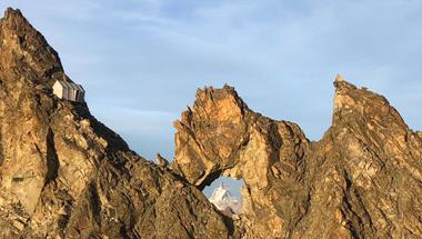 Menedékház az Alpok zord hegyei között