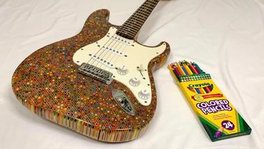 Elektromos gitár 1200 darab színes ceruzából