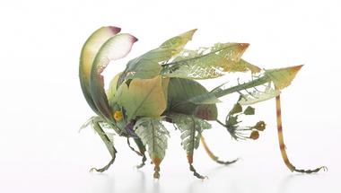 Elképzelt rovarfajok gyantából és sárgarézből