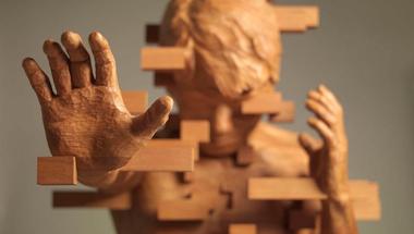 Fénylő, pixelezett fa szobrok