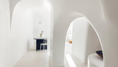 Vakítóan fehér barlangház Santorinin