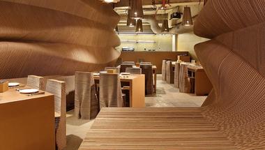 Egy kávézó, amit szinte teljes egészében kartonból építettek