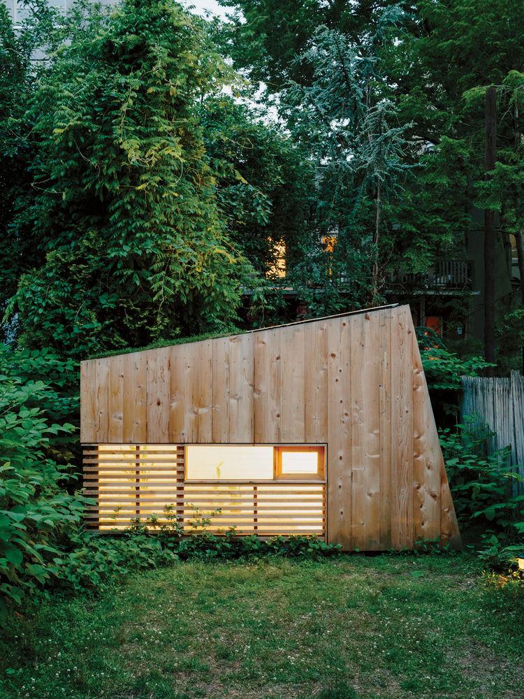 place-in-the-shade-brooklyn-backyard-studio-plexiglass-skylight-green-roof-cedar-cladding-facade.jpg