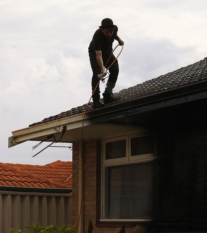 ian-strange-back-to-black-australian-suburbs-designboom-07.jpg
