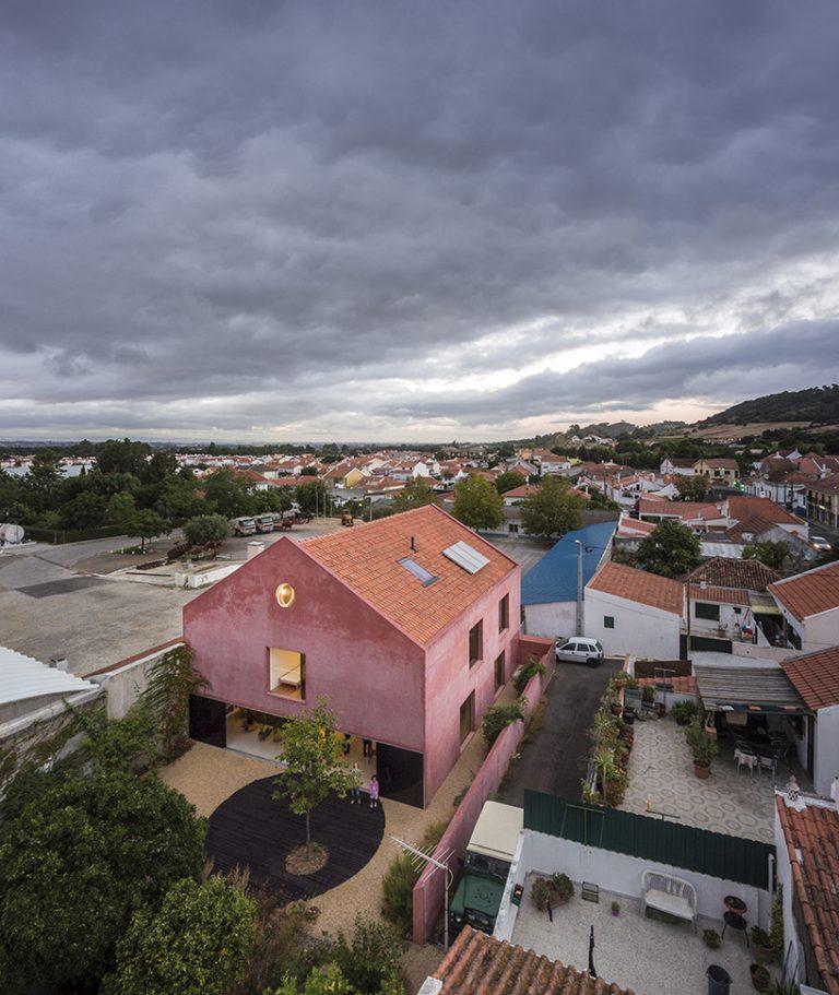 extrastudio-red-house-azeitao-portgual-fernando-guerra-designboom-02-768x911.jpg