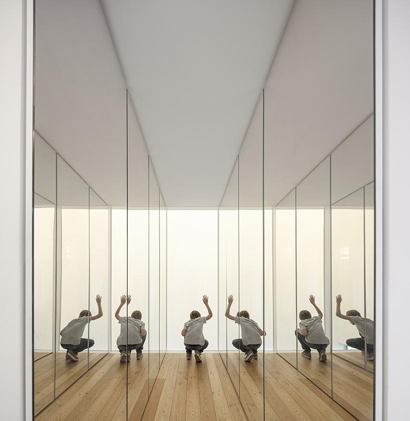 extrastudio-red-house-azeitao-portgual-fernando-guerra-designboom-09.jpg