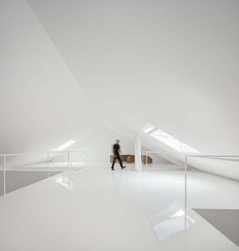 extrastudio-red-house-azeitao-portgual-fernando-guerra-designboom-11.jpg