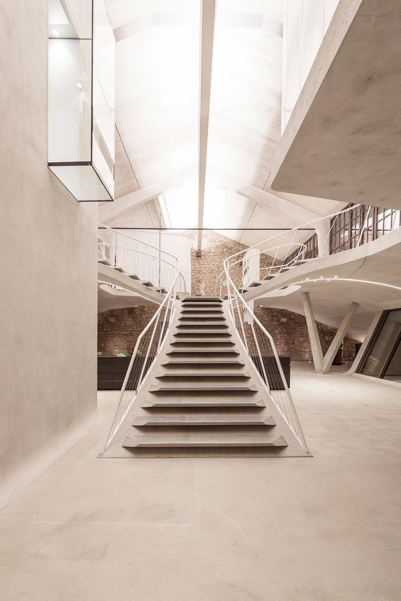 salzburgi-panzerhalle-loft-nagyvonalu-nyitott-terek-noko-01.jpg