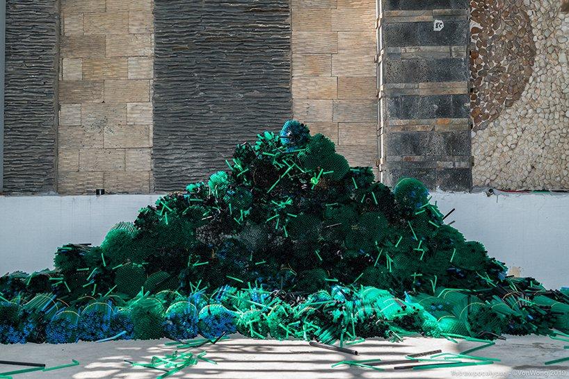 the-parting-of-the-plastic-sea-latvanyos-installacio-noko-04.jpg