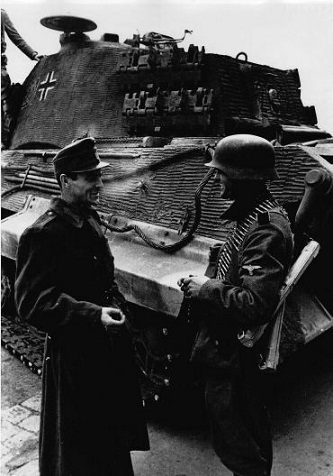 Német és magyar katona a Budai várban, 1944. október 20. Háttérben a Tigris–II. harckocsi2.jpg