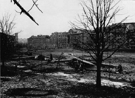 Repülőgéproncsok a szükségreptérként használt Vérmezőn. 1945. február2.jpg