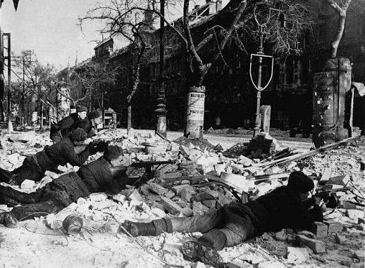 Szovjet gyalogság utcai harcokban. Budapest, Nagykörút2.jpg