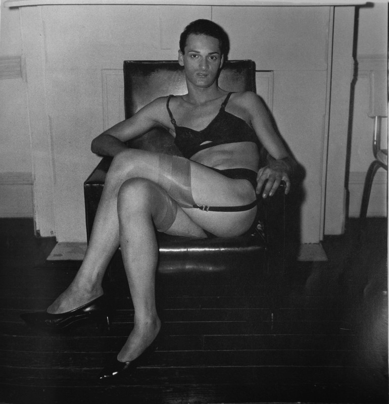 diane_arbus_seated_man.JPG