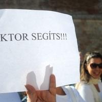 Tüntetés a botránypolgármester mellett - Napi legalja VI.
