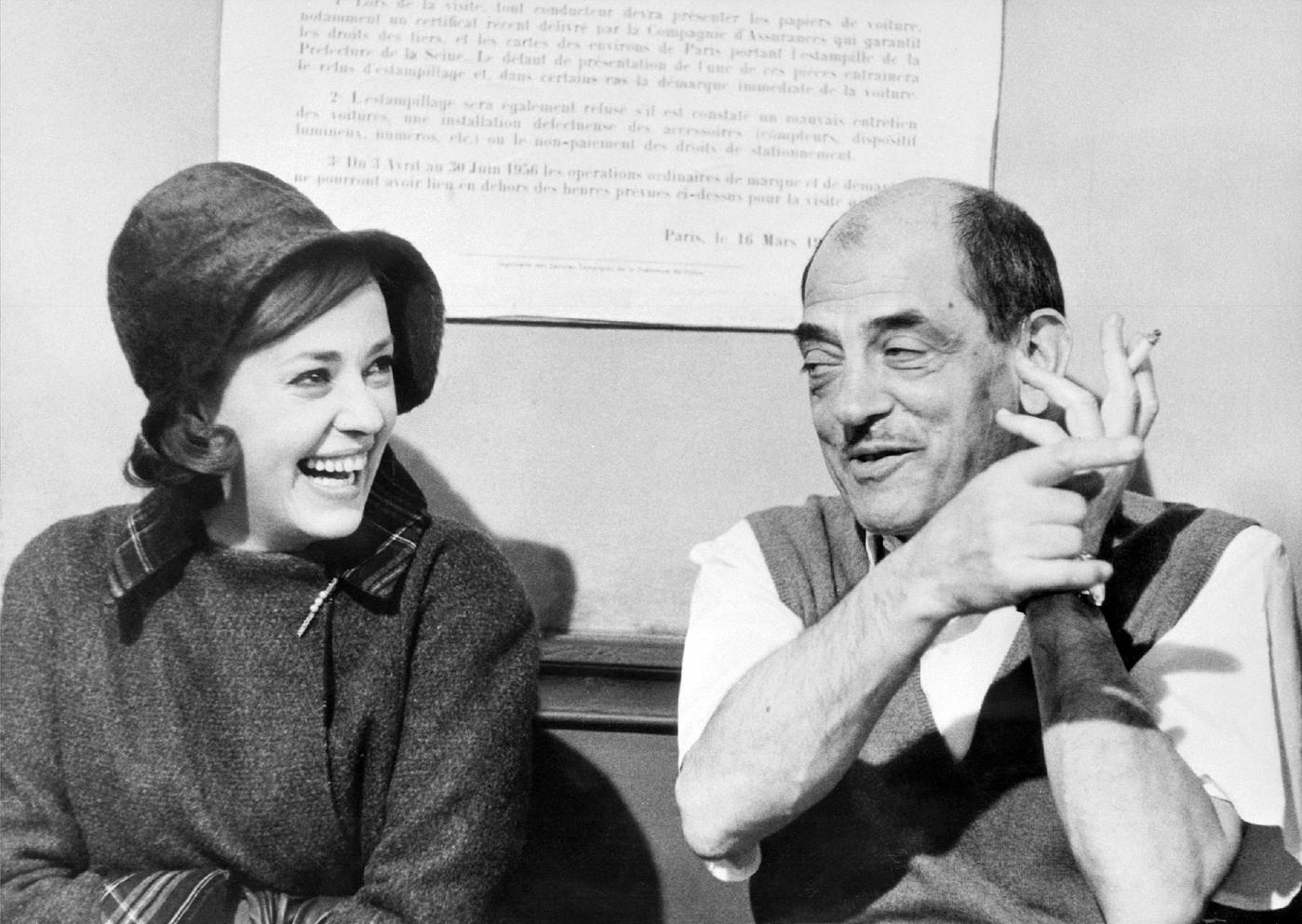metteur-scene-espagnol-luis-bunuel-posel-actrice-francaise-jeanne-moreaule-tournage-journal-femme-chambre-janvier-1964_0_1399_993.jpg