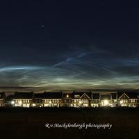 Gyönyörű éjszakai világító felhők Hollandiából