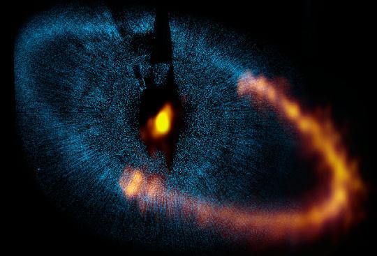 20120427-ket-bolygo-uralja-a-porkorongot-a-fomalhaut-korul-1.jpg
