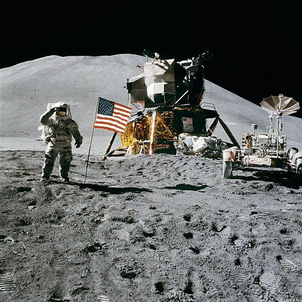 600px-Apollo_15_flag,_rover,_LM,_Irwin.jpg