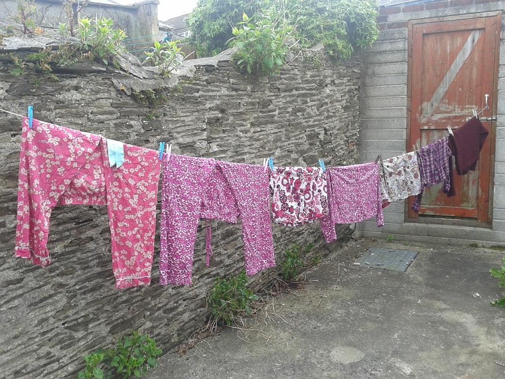 kertben a ruhák.jpg