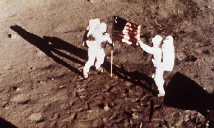 Holdraszállás Armstrong Aldrin.jpg