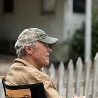 Clint Eastwood bombát hatástalanít
