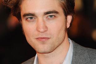 Robert Pattinson három nővel kavar