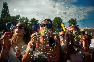Color partyval és rekord látogatószámmal búcsúzott Miskolctapolcától az EFOTT - 91193 fesztiválozó bulizott az év legnagyobb hallgatói buliján