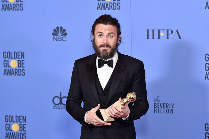 casey-affleck-holding-his-2017-golden-globe-award-670x445.jpg