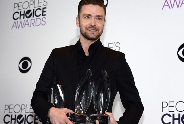 justin-timberlake-holding-all-the-peoples-choice-awards-640x431.jpg