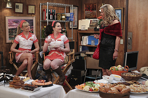 2-broke-girls-season-2-and-the-extra-work.jpg