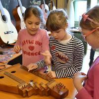 Kik és mennyien játszanak hangszeren, vagy költenek zenére ma Magyarországon?
