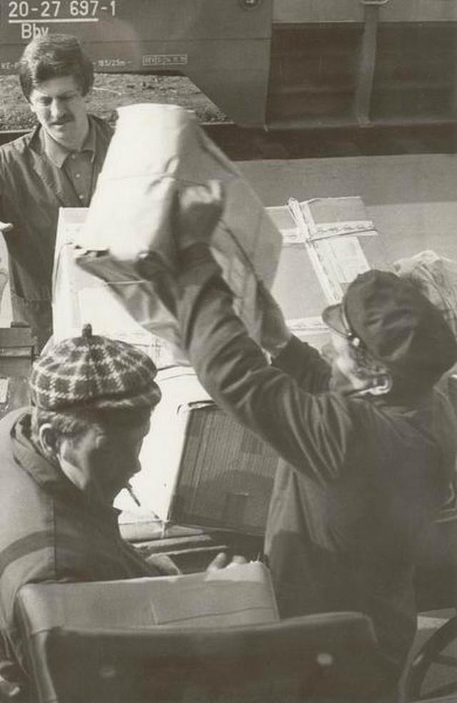 Csomagrakodás mozgóposta kocsira, 1980.jpg