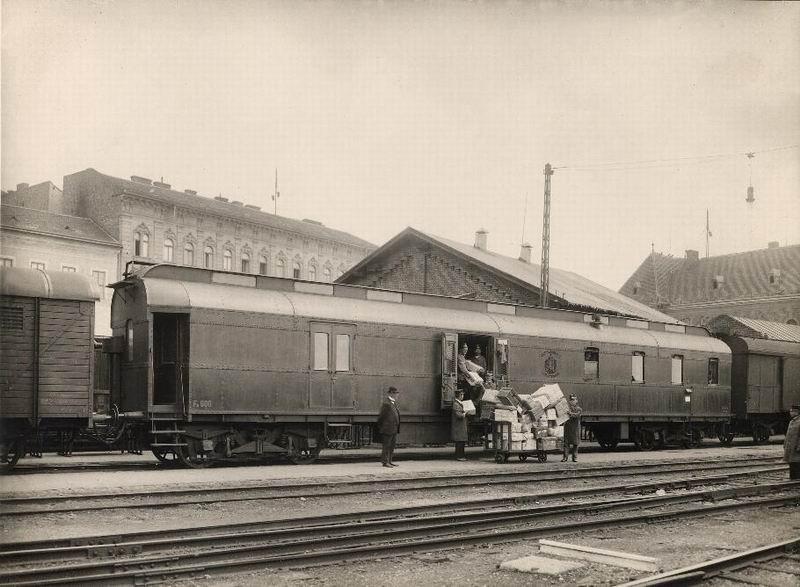 A mozgópostakocsi kívülről: Fa 600 szegecselt új típusú mozgópostakocsi   Fotó: Postamúzeum