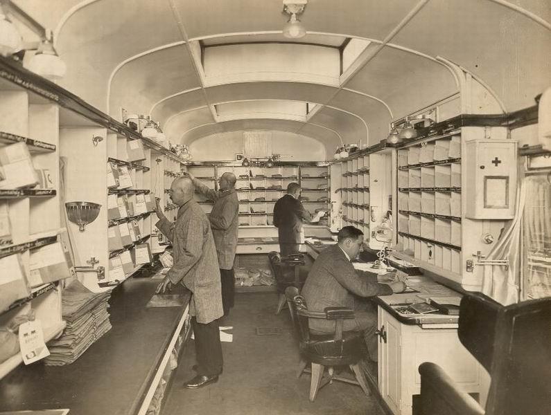 Küldeményfeldolgozás a mozgópostakocsiban 1944-ben  Fotó: Postamúzeum