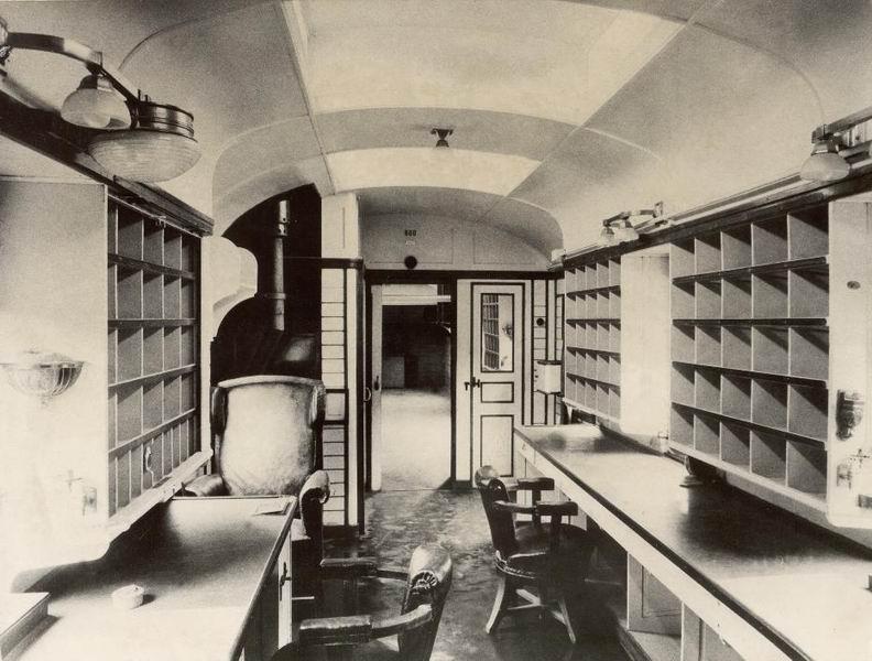Mozgópostakocsi belseje 1927-ből  Fotó: Postamúzeum