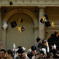Diplomaosztó hülyegyerek sapkákkal