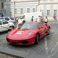 Tűzpiros Ferrari a téren