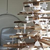 Deszka, függöny, könyvsor: hajmeresztő karácsonyfák